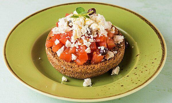 Σαλάτα-ντάκος-κρητική-κουλούρα-ντομάτα-φέτα-ελιά